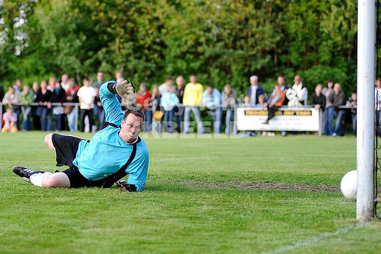 voetbal vv eenrum - fc groningen vriendschappelijk seizoen 2007-2008 15-05-2008 doelman eenrum opnieuw geklopt..fotograaf Jan Kanning