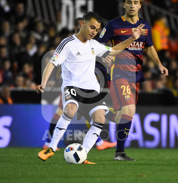 Valencia's  Fran Villalba  and FC Barcelona's Samper  during Spanish King's Cup match. February 10, 2016. (ALTERPHOTOS/Javier Comos)