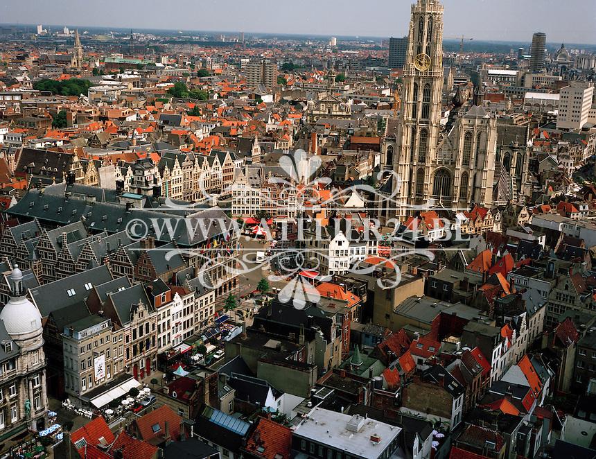 Juli 1995. Het centrum van Antwerpen met het Stadhuis en de Kathedraal.
