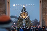 Chanukka-Leuchter des Juedischen Bildungszentrum Chabad Lubawitsch auf dem Pariser Platz vor dem Brandenburger Tor.<br /> 11.12.2020, Berlin<br /> Copyright: Christian-Ditsch.de