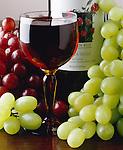 Italy: Glass of Italian red wine | Italien: italienischer Rotwein und Trauben