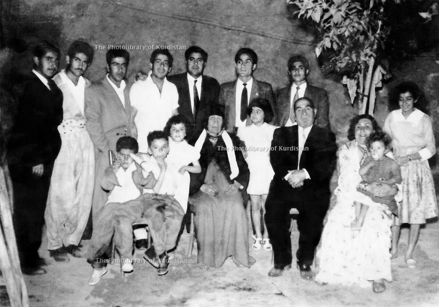 Irak 1956.Kirkouk: Assis avec femmes et enfants, Saddik Shawess, debout, 3eme a droite, Nouri Shawess.Iraq 1956.In Kirkuk, first rank with women and children, Saddik Shawess,behind, 3rd right, Nouri shawess