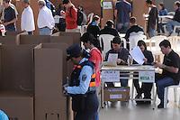 MEDELLÍN -COLOMBIA. 09-03-2014. Aspecto de las elecciones parlamentarias en Medellín, Colombia, hoy 9 de marzo de 2014.  los colombianos elegirán por voto directo en las urnas 102 nuevos miembros del Senado de la República, 166 representantes a la Cámara de Representantes y 5 representantes al Parlamento Andino./ Aspect of the parliamentary elections in Medellin, Colombia, today March 9, 2014. Colombians will elect by direct vote at the polls 102 new members of the Senate, 166 representatives to the House of Representatives and five representatives to the Andean Parliament. Photo: VizzorImage/ Jose Miguel Palencia / Str