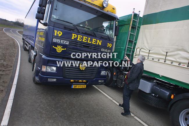 Herveld, 010202<br /> De Arnhemse bestuursrechter bekijkt hoeveel ruimte vrachtwagens hebben die elkaar passeren op het nieuwe viaduct over de A15 bij Herveld. Transportbedrijven Veens en Peelen uit Andelst spannen een rechtzaak aan tegen projectorganisatie Betuweroute die het viaduct heeft laten bouwen. De steile route over het viaduct geeft problemen in de bochten aan grote vrachtwagens. Als een vrachtwagen in de berm rijdt is de kans groot dat deze vast komt te zitten in de zachte grond.<br /> <br /> Foto: Sjef Prins / APA Foto