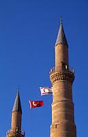 Zypern (Nord), Selimiye-Moschee in Nicosia (Lefkosa), erbaut als Sophienkirche 1209, türkische und nordzyprische Fahne...
