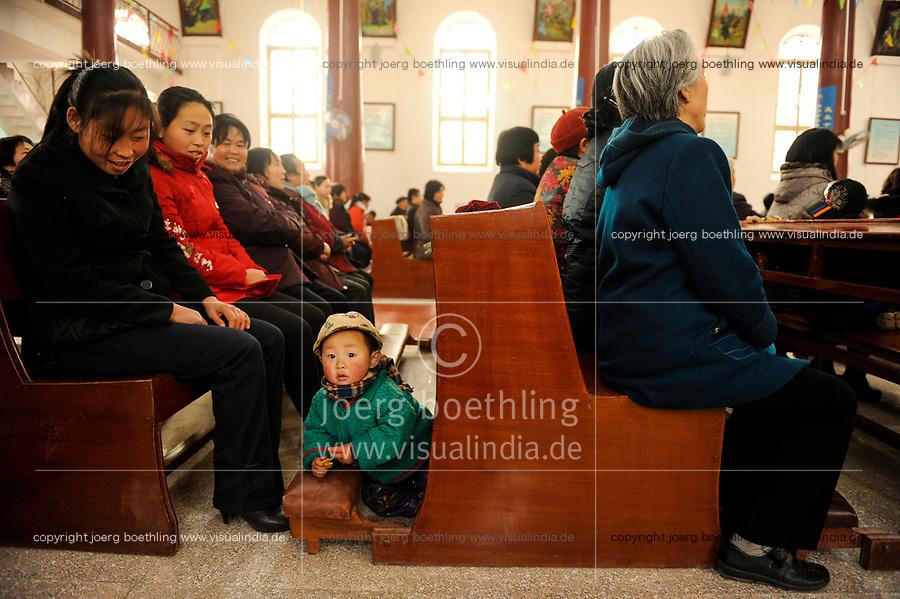CHINA Province Shaanxi catholic church in Sanyuan, holy mass / CHINA Provinz Shaanxi , katholische Kirche in Sanyuan, heilige Messe