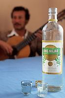 Amérique/Amérique du Sud/Pérou/Env d'Arequipa : Chez Lucila - Joueur de guitare et bouteille d'anis d'Herequipa