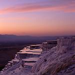 Asien, TUR, Tuerkei, Tuerkische Aegaeis, Aegaeis, Pamukalle, Kalk-Sinterterrassen, Sonnenuntergang, Daemmerung, Die Kalksinterterrassen von Pamukkale ist wohl die beruehmteste Sehenswuerdigkeit der Tuerkei. Die Sinterkalke stammen von verschiedenen heissen Quellen ca. 35 Grad Celsius, die groessere Mengen von geloesten Kalziumbikarbonat enthalten. Sobald das Wasser an die Oberflaeche gelangt, wandelt sich der geloeste Kalk in Kohlendioxyd, Wasser und Kalziumkarbonat um, wobei letzeres der Kalkfilm ist, der den Kalksinterterrassen seine Farbe gibt.Die Thermalquellen von Pamukkale enthalten neben dem Kalk noch Kohlensaeure, schwefelige Saeure, Eisen, Kochsalz und Magnesium und sind deshalb seit Alters her wegen Ihrer heilenden Kraft bekannt.<br /> [Fuer die Nutzung gelten die jeweils gueltigen Allgemeinen Liefer-und Geschaeftsbedingungen. Nutzung nur gegen Verwendungsmeldung und Nachweis. Download der AGB unter http://www.image-box.com oder werden auf Anfrage zugesendet. Freigabe ist vorher erforderlich. Jede Nutzung des Fotos ist honorarpflichtig gemaess derzeit gueltiger MFM Liste - Kontakt, Uwe Schmid-Fotografie, Duisburg, Tel. (+49).2065.677997, fotofinder@image-box.com, www.image-box.com]