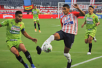 BARRANQUIILLA - COLOMBIA, 20-03-2021: Gabriel Fuentes del Junior y Danny Cano del Pereira durante el partido por la fecha 13 de la Liga BetPlay DIMAYOR I 2021 entre Atlético Junior y Deportivo Pereira jugado en el estadio Metropolitano Roberto Meléndez de la ciudad de Barranquilla. / Gabriel Fuentes of Junior and Danny Cano of Pereira during match for date 13 as part of BetPlay DIMAYOR League I 2021 between Atletico Junior and Deportivo Pereira played at Metropolitano Roberto Melendez stadium in Barranquilla city.  Photo: VizzorImage / Jesus Rico / Cont