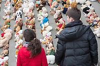 """Aktion """"Jede Kindheit zaehlt"""" der christlichen Hilfsorganisation """"World Vision"""" in Berlin anlaesslich des 7. Jahrestages des Beginns des syrischen Buergerkrieg am 15. Maerz 2011.<br /> Seit Beginn des Buergerkrieg sind laut World Vision ueber 2,5 Millionen syrische Kinder auf der Flucht, 740.000 von ihnen im Schulalter.<br /> Kinder und Jugendliche haben aus diesem Anlass auf dem Berliner Gendarmenmarkt ein Mahnmal aus 740 gespendeten Teddybaeren errichtet. Jeder Teddy steht fuer 1.000 syrische Kinder.<br /> 15.3.2018, Berlin<br /> Copyright: Christian-Ditsch.de<br /> [Inhaltsveraendernde Manipulation des Fotos nur nach ausdruecklicher Genehmigung des Fotografen. Vereinbarungen ueber Abtretung von Persoenlichkeitsrechten/Model Release der abgebildeten Person/Personen liegen nicht vor. NO MODEL RELEASE! Nur fuer Redaktionelle Zwecke. Don't publish without copyright Christian-Ditsch.de, Veroeffentlichung nur mit Fotografennennung, sowie gegen Honorar, MwSt. und Beleg. Konto: I N G - D i B a, IBAN DE58500105175400192269, BIC INGDDEFFXXX, Kontakt: post@christian-ditsch.de<br /> Bei der Bearbeitung der Dateiinformationen darf die Urheberkennzeichnung in den EXIF- und  IPTC-Daten nicht entfernt werden, diese sind in digitalen Medien nach §95c UrhG rechtlich geschuetzt. Der Urhebervermerk wird gemaess §13 UrhG verlangt.]"""