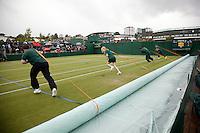 29-6-07,England, Wimbldon, Tennis, Michaella Krajicek match is door regen onderbroken en de baan wordt afgedekt