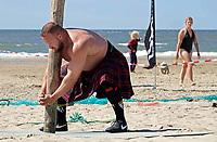 Nederland  Zandvoort - 8 juli 2018.    Het British Festival. NK Highland Games op het strand. Toss the caber.   Foto mag niet in negatieve context gepubliceerd worden.  ( Aan de linkerkant van de foto is mbv Photoshop een tas verwijderd van het strand)     Foto Berlinda van Dam /  Hollandse Hoogte