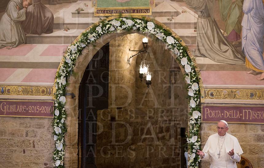 Papa Francesco visita la chiesa della Porziuncola, all'interno della Basilica di Santa Maria degli Angeli, in occasione dell'800esimo anniversario del Perdono di Assisi, 4 agosto 2016.<br /> Pope Francis attends a visit to the Porziuncola chapel at Santa Maria degli Angeli church to mark the 800th anniversary of the Pardon of Assisi, 4 August 2016.<br /> UPDATE IMAGES PRESS/Riccardo De Luca<br /> <br /> STRICTLY ONLY FOR EDITORIAL USE