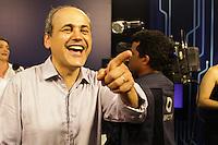 ATENCAO EDITOR FOTO EMBARGADA PARA VEICULO INTERNACIONAL <br /> CURITIBA, PR, 28 DE OUTUBRO DE 2012 – GUSTOVO FRUET – Gustavo Fruet (PDT) foi eleito prefeito de Curitiba com mais de 60% dos votos. O novo prefeito chegou no TRE-PR acompanhado da esposa e dos ministros Gleisi Hoffmann e Paulo Bernardo. (FOTO: ROBERTO DZIURA JR./ BRAZIL PHOTO PRESS)