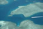 nord du lagon de Mayotte Archipel des Comores. Océan Indien.Mayotte lagoon. Comores archipelago. Indian OceanAvec une superficie de 1125 km2 , le lagon est trois fois plus vaste que les terres emergees. Ourlee dun recif frangeant, lile est protegee par un second recif-barriere denviron 200 kilometres de long qui lentoure a quelques miles des cotes. Ce lagon - un des plus grand de lOcean Indien - accueille plus dune vingtaine despeces de cetaces.