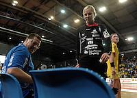 """1. Bundesliga Handball Damen - Frauen Handball BL DHB - Arena Leipzig - HC Leipzig : TSV Bayer 04 Leverkusen """"Handballelfen"""" - im Bild: Toirwarttrainer Peter Holzke und Torfrau Katja Schuelke . Foto: Norman Rembarz..Norman Rembarz , Autorennummer 41043728 , Augustenstrt. 2, 04317 Leipzig, Tel.: 01794887569, Hypovereinsbank: BLZ: 86020086, KN: 357889472, St.Nr.: 231/261/06432 - Jegliche kommerzielle Nutzung ist honorar- und mehrwertsteuerpflichtig! Persönlichkeitsrechte sind zu wahren. Es wird keine Haftung übernommen bei Verletzung von Rechten Dritter. Autoren-Nennung gem. §13 UrhGes. wird verlangt. Weitergabe an Dritte nur nach  vorheriger Absprache.."""