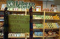 Bancarelle di artigianato e prodotti equosolidali..Stalls of crafts and fair trade products..Mondo libero....