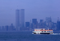 Circle line boat with Manhattan skyline in background<br />