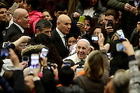 Papa Francesco saluta i fedeli al suo arrivo all'udienza generale del mercoledi' in aula Paolo VI in Vaticano, 4 gennaio 2017.<br /> Pope Francis waves faithful as he arrives to lead  his weekly general audience in Paul VI Hall at the Vatican,on January 4, 2017.<br /> UPDATE IMAGES PRESS/Isabella Bonotto<br /> <br /> STRICTLY ONLY FOR EDITORIAL USE