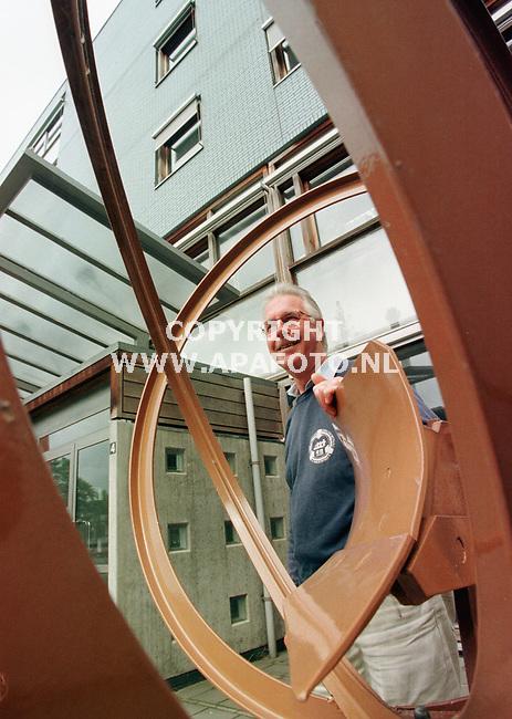Wageningen,18-08-99  Foto:Koos Groenewold (APA)<br />Dhr van Kouwenhoven voor het gebouw waar hij werkt.