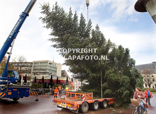 Arnhem 051211 Sinterklaas is nog niet weg of op het Velperplein in Arnhem wordt een 17 meter hoge kerstboom opgericht.<br /> Foto Frans Ypma APA-foto