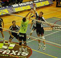Volley Menen - Knack Randstad Roeselare : Sam Deroo legt de bal over  Julien Anton.foto VDB / BART VANDENBROUCKE