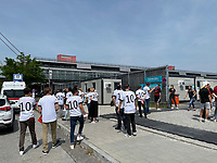 Fans am Ticketabholschalter bei der EURO2020 in München<br /> - Muenchen 19.06.2021: Deutschland vs. Portugal, Allianz Arena Muenchen, Euro2020, emonline, emspor, <br /> <br /> Foto: Marc Schueler/Sportpics.de<br /> Nur für journalistische Zwecke. Only for editorial use. (DFL/DFB REGULATIONS PROHIBIT ANY USE OF PHOTOGRAPHS as IMAGE SEQUENCES and/or QUASI-VIDEO)