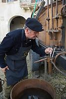 """Europe/France/Aquitaine/40/Landes/Labastide-d'Armagnac: lors de la fête :""""l'Armagnac en Fête """" le distillateur et son alambic"""