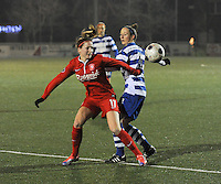AA GENT LADIES - FC TWENTE :<br /> Duel tussen Marthe Munsterman (L) en Lidewei de Waele (R)<br /> foto Dirk Vuylsteke / Nikonpro.be