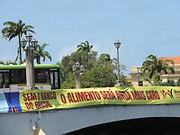 Recife (PE), 31/03/2021 - Ato organizado pelo o sindicato dos Bancários contra a privatização do Banco do Brasil. Imagens das faixas nas pontes do centro do Recife.