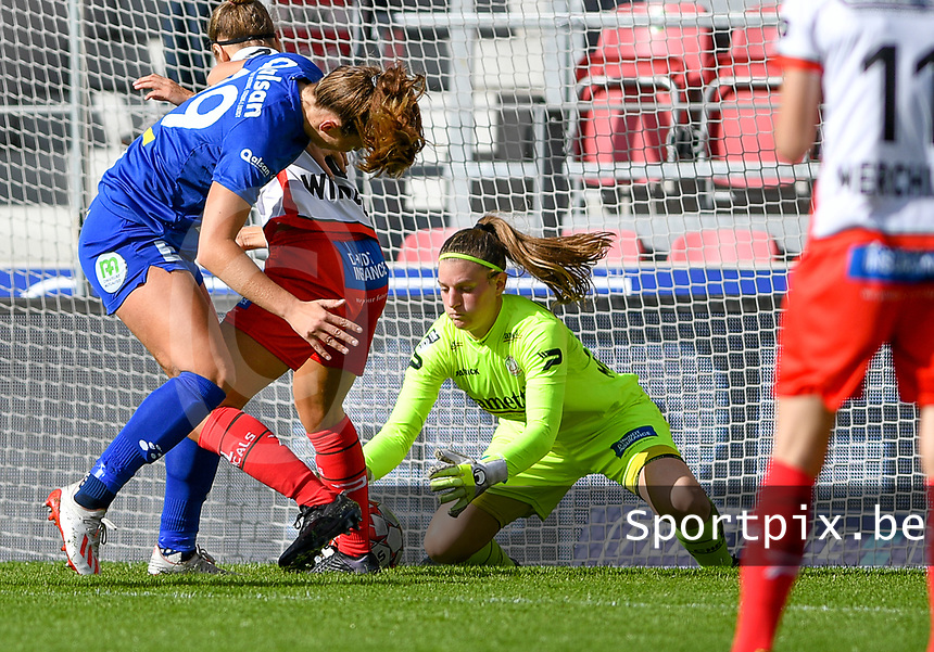Essevee's goalkeeper Ianthe Meersschaert pictured catching the ball during a female soccer game between Zulte Waregem and the KAA Gent Ladies on the fourth matchday of the 2020 - 2021 season of Belgian Scooore Womens Super League , saturday 10 October 2020  in Waregem , Belgium . PHOTO SPORTPIX.BE | SPP | DAVID CATRY
