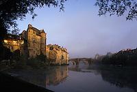 Europe/France/Auvergne/12/Aveyron/Espalion: Le Château renaissance et le vieux pont sur le Lot à l'aube