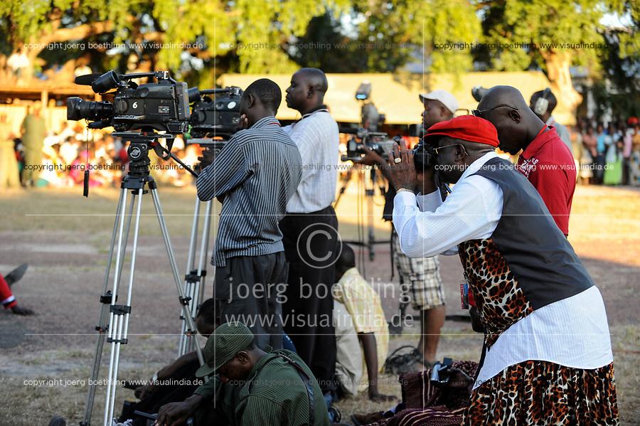 ZAMBIA Barotseland , Zambezi floodplain , Kuomboka ceremony in Limulunga, the Lozi king Lubosi Imwiko II. also called Litunga, change his lower land residence after raining time with the royal bark Nalikwanda to his upper land palace in Limulunga,  photographer and camera man working for television / SAMBIA Barotseland , Flutebene des Zambezi Fluss , Kuomboka Fest in Limulunga, der Lozi Koenig, Litunga, in seiner Residenz in Limulunga, Media