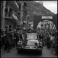 23-24 Octobre 1967. Vue du Général De Gaulle dans les rues de Sant-Julia de Loria en Andorre.