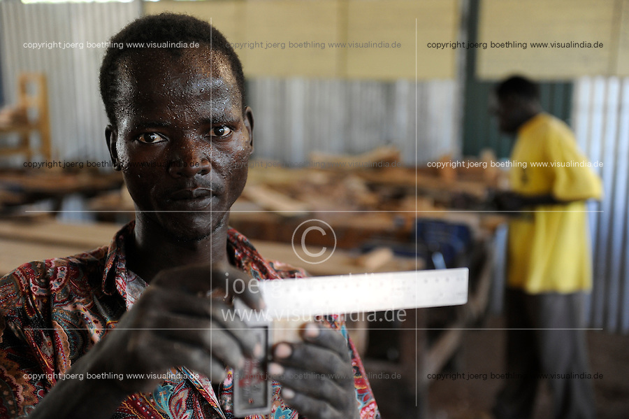 KENIA Turkana Region, refugee camp Kakuma, vocational training, carpenter course / Fluechtlingslager Kakuma, Berufsausbildung fuer Fluechtlinge, Tischler Klasse