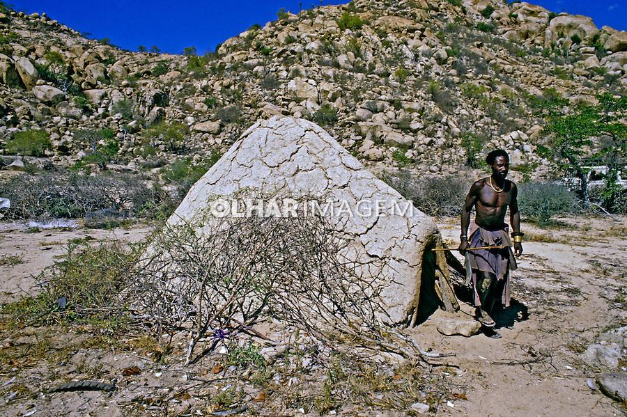 Cabana da tribo Mucubal, Angola. 1988. Foto de Ricardo Azoury.