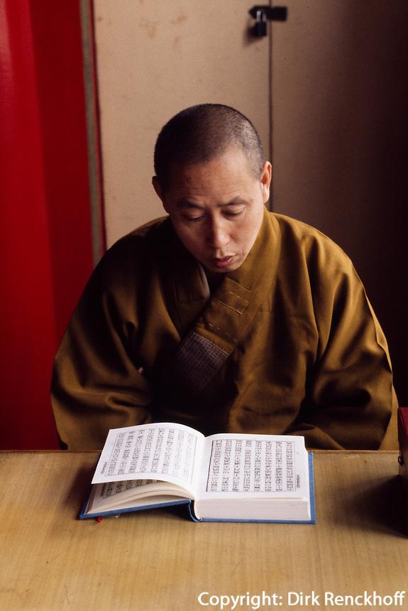 China, Peking,Möch  im buddhistischen Tempel FaYuan-Si, Mönch beim Studium religiöser Texte