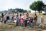 Familien warten vor der Waldorfschule am erster Schultag nach den Sommerferien in Rosia. / Eine der 25 Waldorfschulen Rumäniens liegt in dem fast ausschließlich von Roma bewohnten Dorf Rosia in der Mitte des Landes. Anders als in Deutschland kommen die Schüler nicht aus bürgerlichen Familien, sondern meist aus einfachen Verhältnissen.