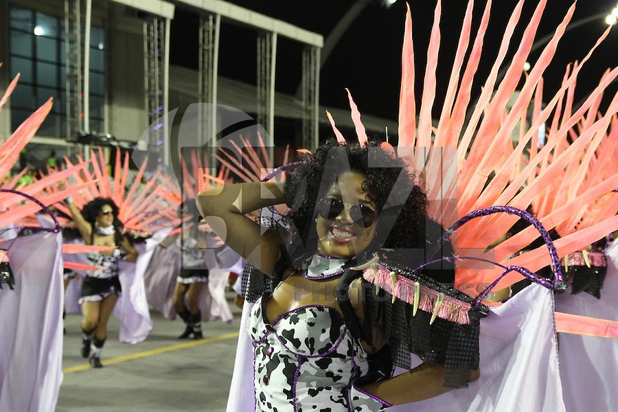SAO PAULO, SP, 16.02.2015  CARNAVAL 2015  SÃO PAULO  GRUPO DE ACESSO / LEANDRO DE ITAQUERA  Integrantes da escola de samba Leandro de Itaquera durante desfile do grupo de acesso do Carnaval de São Paulo, na madrugada desta segunda-feira, (16). (Foto: Marcos Moraes / Brazil Photo Press).