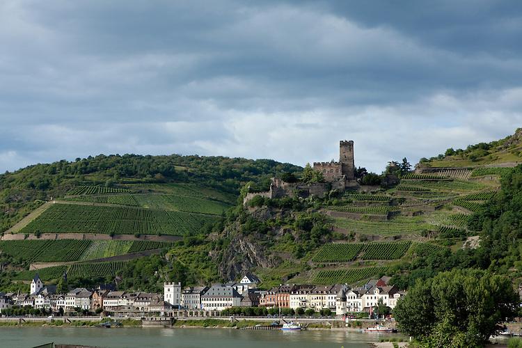 Europa, DEU, Deutschland, Rheinland-Pfalz, Rheinisches Schiefergebirge, Mittelrhein, Rheintal, UNESCO-Welterbe Oberes Mittelrheintal, Kaub, Typische Ortsansicht, Burg Gutenfels, Kaub liegt am rechten Ufer des Rheins bei Stromkilometer 546 und damit genau in der Mitte zwischen Mainz (Stromkilometer 500) und Koblenz (Stromkilometer 592). Die Stadt liegt malerisch zwischen dem Rheinufer und den steil aufragenden Felsabhaengen des Rheinischen Schiefergebirges, in die der Fluss sich eingeschnitten hat., Kategorien und Themen, Natur, Umwelt, Landschaft, Jahreszeiten, Stimmungen, Landschaftsfotografie, Landschaften, Landschaftsphoto, Landschaftsphotographie, Tourismus, Touristik, Touristisch, Touristisches, Urlaub, Reisen, Reisen, Ferien, Urlaubsreise, Freizeit, Reise, Reiseziele, Ferienziele....[Fuer die Nutzung gelten die jeweils gueltigen Allgemeinen Liefer-und Geschaeftsbedingungen. Nutzung nur gegen Verwendungsmeldung und Nachweis. Download der AGB unter http://www.image-box.com oder werden auf Anfrage zugesendet. Freigabe ist vorher erforderlich. Jede Nutzung des Fotos ist honorarpflichtig gemaess derzeit gueltiger MFM Liste - Kontakt, Uwe Schmid-Fotografie, Duisburg, Tel. (+49).2065.677997, archiv@image-box.com, www.image-box.com]