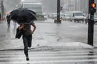 SÃO PAULO, SP,21 DE OUTUBRO DE 2013 - CLIMA TEMPO -  Pancada de chuva atinge a capital, na tarde desta quarta feira, 23, na Avenida Paulista, região central.  FOTO: ALEXANDRE MOREIRA / BRAZIL PHOTO PRESS
