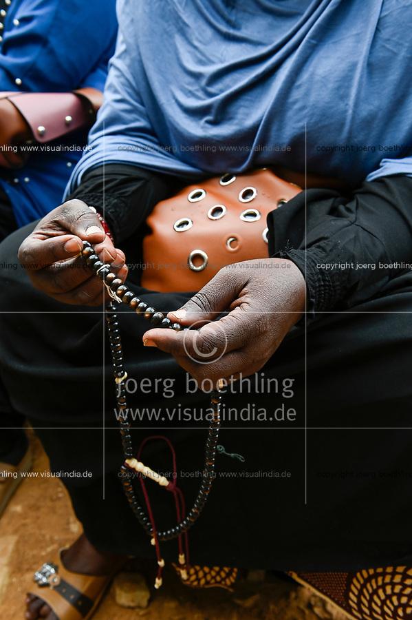 MALI, Kayes, woman with muslim prayer chain Misbaha or Subha / Frau mit muslimischer Gebetskette