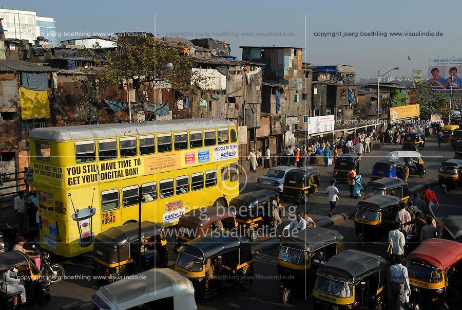 INDIA Mumbai Bombay <br /> commuter at Bandra station, behind slum huts / INDIEN Bombay Mumbai das Wirtschaftszentrum und Finanzzentrum Indiens, <br /> Pendler am S-Bahnhof Bandra, Hintergrund Huetten eines Slum