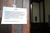 Campinas (SP), 17/03/2020 - Comunicado sobre a suspensao de atividades na Catedral Metropolitana de Campinas. Pouca movimentacao de pedestres, veiculos e no comercio da regiao central de Campinas, interior de Sao Paulo, nesta terca-feira (17), devido a restricoes da pandemia do novo Coronavirus (Covid-19). (Foto: Luciano Claudino/Codigo 19/Codigo 19)
