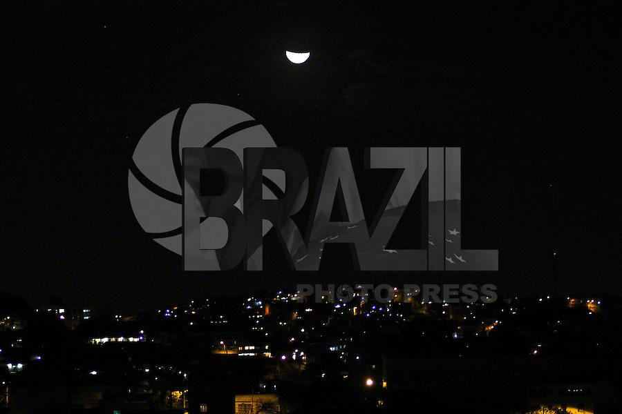 BELO HORIZONTE, MG, 21.08.2015 - LUA / BELO HORIZONTE - Lua na noite deste sabado para domingo, em Belo Horizonte, 21. (Foto: Doug Patricio / Brazil Photo Press).
