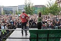 """Schuelerstreik und Demonstration """"Fridays4Future"""" (#f4f) in Berlin.<br /> Ca. 2.000 Menschen, hauptsaechlich Schuelerinnen und Schueler versammelten sich am Freitag den 19. Juli 2019 in Berlin mit ihrer woechentlichen Klimademonstration vor dem Wirtschaftsministerium in Berlin. Sie protestieren gegen die Klimapolitik der Wirtschaft und der Bundesregierung und fordern die Einhaltung der """"Pariser Klimaziele"""", die eine Begrenzung der Erderwaermung auf 1,5°C vorsieht.<br /> Als Gast sprach die schwedische Klimaschutzaktivistin Greta Thunberg, die mit ihrem individuellen Schulstreik die """"Fridays for Future"""" ausgeloest hat.<br /> Im Bild: Das Duo """"berge"""", Marianne Neumann (Gesang) und Rocco Horn (Gitarre), spielt auf der Kundgebung.<br /> 19.7.2019, Berlin<br /> Copyright: Christian-Ditsch.de<br /> [Inhaltsveraendernde Manipulation des Fotos nur nach ausdruecklicher Genehmigung des Fotografen. Vereinbarungen ueber Abtretung von Persoenlichkeitsrechten/Model Release der abgebildeten Person/Personen liegen nicht vor. NO MODEL RELEASE! Nur fuer Redaktionelle Zwecke. Don't publish without copyright Christian-Ditsch.de, Veroeffentlichung nur mit Fotografennennung, sowie gegen Honorar, MwSt. und Beleg. Konto: I N G - D i B a, IBAN DE58500105175400192269, BIC INGDDEFFXXX, Kontakt: post@christian-ditsch.de<br /> Bei der Bearbeitung der Dateiinformationen darf die Urheberkennzeichnung in den EXIF- und  IPTC-Daten nicht entfernt werden, diese sind in digitalen Medien nach §95c UrhG rechtlich geschuetzt. Der Urhebervermerk wird gemaess §13 UrhG verlangt.]"""