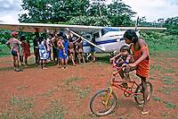 Índios Kaiapós ao redor de avião. Pará. 1993. Foto de Cynthia Brito.