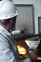 SUDAFRICA - Kimberley, miniera di diamanti di Bultfontein ( Miniere De Beers): un tecnico indica la pianta dei pozzi.