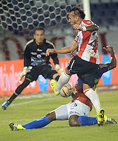 BARRANQUIILLA -COLOMBIA-27-09-2015: Juan Guillermo Dominguez (Izq) del Atlético Junior disputa el balón con Alex Diaz (Der) jugador de Deportivo Pasto durante partido por la fecha 14 de la Liga Águila II 2015 jugado en el estadio Metropolitano Roberto Meléndez de la ciudad de Barranquilla./ Juan Guillermo Dominguez (L) player of Atletico Junior struggles the ball with Alex Diaz (R) player of Deportivo Pasto during match for the date 14 of the Aguila League II 2015 played at Metropolitano Roberto Melendez stadium in Barranquilla city.  Photo: VizzorImage/Alfonso Cervantes/