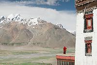 Vue des terrasses du monastère de Karsha qui domine l'entrée de la vallée du Zanskar. Dans le lointain le mont Zim culmine à 5286 mètres d'altitude. Ladakh Himalaya Inde. Photo : Vibert / Actionreporter.com